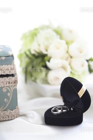 ウェディング小物と花の写真素材 [FYI01280969]