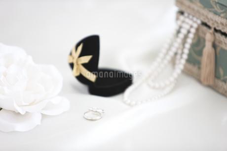 ウェディング小物と花の写真素材 [FYI01280970]