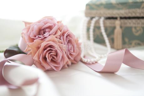 ネックレスと宝石箱と花の写真素材 [FYI01280971]