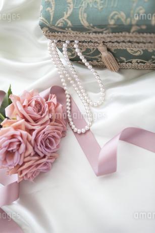 ネックレスと宝石箱と花の写真素材 [FYI01280976]