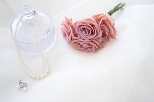 ネックレスとイヤリングと花束の写真素材 [FYI01280977]