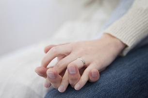 手をつなぐカップルの手元の写真素材 [FYI01281009]