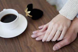 手を重ねるカップルの手元の写真素材 [FYI01281010]