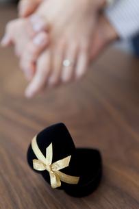 手をつなぐカップルの手元の写真素材 [FYI01281011]
