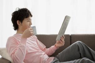 新聞を読んでいる男性の写真素材 [FYI01281278]
