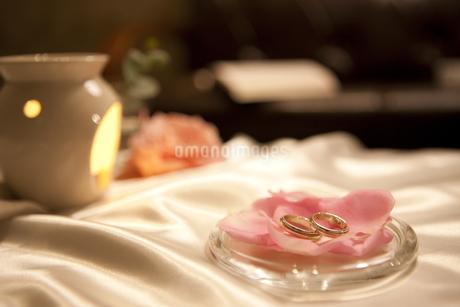 結婚指輪とアロマポットの写真素材 [FYI01281306]