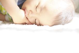 おしゃぶりしながら眠る男の子の写真素材 [FYI01281358]