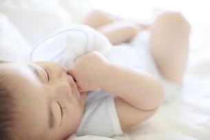 おしゃぶりしながら寝る男の子の写真素材 [FYI01281403]