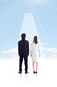 階段の前に立つビジネスマンとビジネスウーマンの写真素材 [FYI01281422]