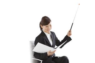 指し棒を持っているビジネスマンの写真素材 [FYI01281482]