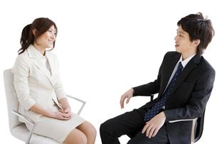 話しをするビジネスマンとビジネスウーマンの写真素材 [FYI01281527]