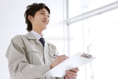 笑顔の作業着姿の男性の写真素材 [FYI01281545]
