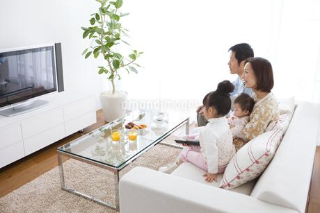 リビングでテレビを見ている家族の写真素材 [FYI01281558]
