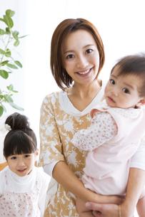 笑顔の親子の写真素材 [FYI01281576]