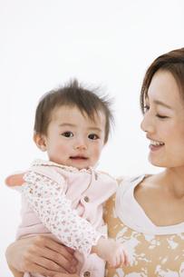 母親に抱かれる赤ちゃんの写真素材 [FYI01281577]