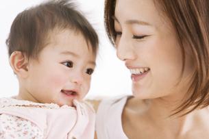 笑顔の母親と赤ちゃんの写真素材 [FYI01281579]