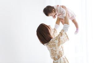 母親に高い高いしてもらう赤ちゃんの写真素材 [FYI01281594]