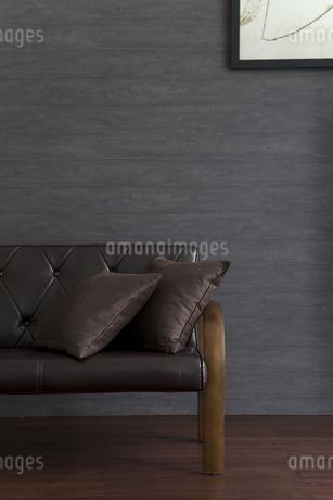 ソファーと絵画の写真素材 [FYI01281641]