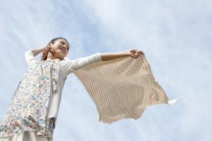 布をなびかせる女性の写真素材 [FYI01281752]