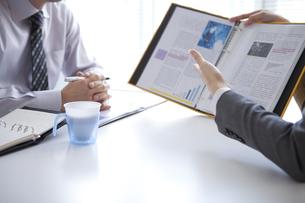 説明するビジネスウーマンとビジネスマンの写真素材 [FYI01281828]