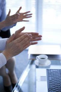 拍手するビジネスマンとビジネスウーマンの写真素材 [FYI01281879]
