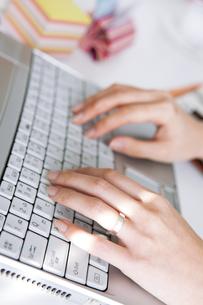 パソコンをするビジネスウーマンの写真素材 [FYI01281934]