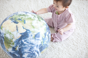 地球のボールで遊ぶ赤ちゃんの写真素材 [FYI01281975]