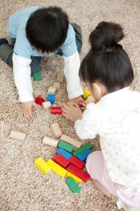 積み木をする女の子と男の子の写真素材 [FYI01282012]