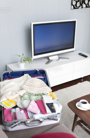 ソファーの上のスーツケースの写真素材 [FYI01282033]