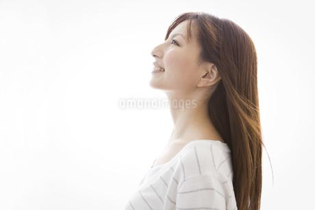 横顔の女性の写真素材 [FYI01282036]