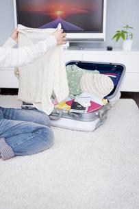 旅行の準備をする女性の写真素材 [FYI01282061]