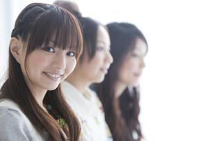 3人の女性の顔の写真素材 [FYI01282107]