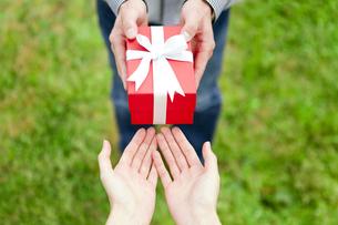 プレゼントを渡す手元の写真素材 [FYI01282126]