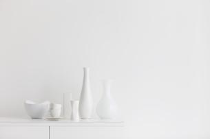 棚の上の白い花瓶と食器の写真素材 [FYI01282145]