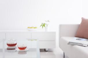 ティーカップとリビングルームの写真素材 [FYI01282266]