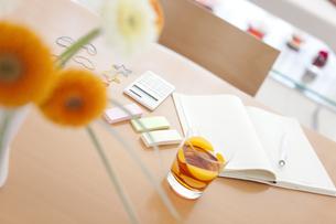 テーブルの上にあるノートと電卓の写真素材 [FYI01282278]
