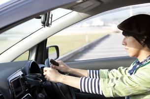 車を運転する若者男性の写真素材 [FYI01282314]