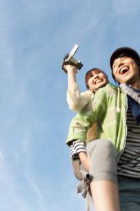 ビデオカメラで撮影する若者カップルの写真素材 [FYI01282322]