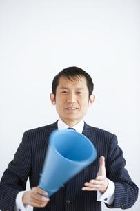 メガホンを持ったビジネスマンの写真素材 [FYI01282404]