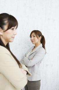喧嘩をするビジネスウーマンの写真素材 [FYI01282569]