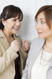 喧嘩をするビジネスウーマンの写真素材 [FYI01282574]