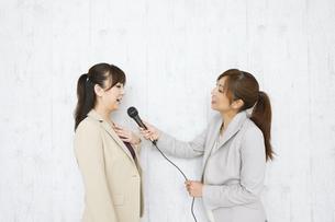 インタビューをするレポーターの写真素材 [FYI01282584]
