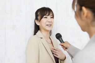 インタビューをうける女性の写真素材 [FYI01282595]