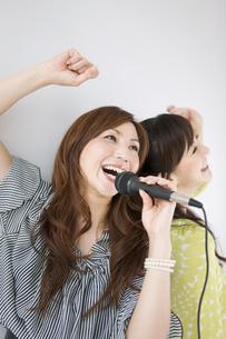 カラオケをする女性の写真素材 [FYI01282631]