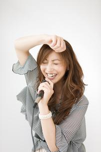 カラオケをする女性の写真素材 [FYI01282643]