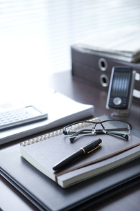 万年筆と眼鏡が置いてあるデスクの写真素材 [FYI01282659]
