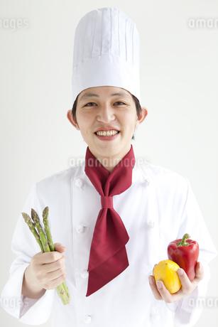 食材を持っているコックの写真素材 [FYI01282718]
