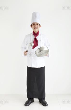 調理器具を持っている笑顔のコックの写真素材 [FYI01282722]