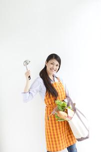 買い物袋とお玉を持っている主婦の写真素材 [FYI01282731]