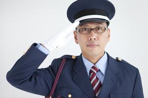 敬礼する警備員の写真素材 [FYI01282734]